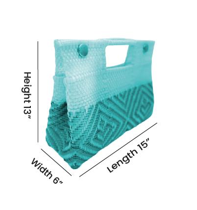 Eco Sak ahora fabrica carteras, bolsos y bolsas de plástico reciclado. Aproximadamente el 70% del plástico que utilizamos proviene de bolsas de plástico recicladas, botellas de agua transparentes y desechos industriales plásticos.